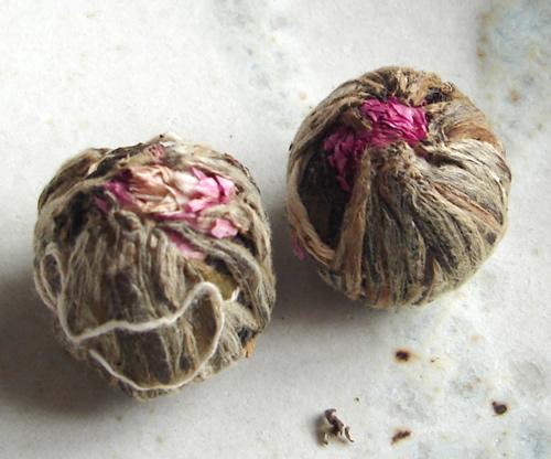 出水芙蓉の茶葉です > 出水芙蓉 出水芙蓉の茶葉です 見た目も楽しい 出水芙蓉は工芸茶と呼ばれる